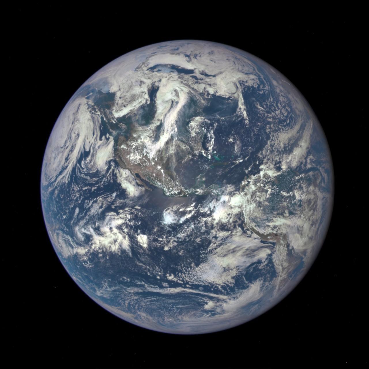 100万英里处遥看地球一年