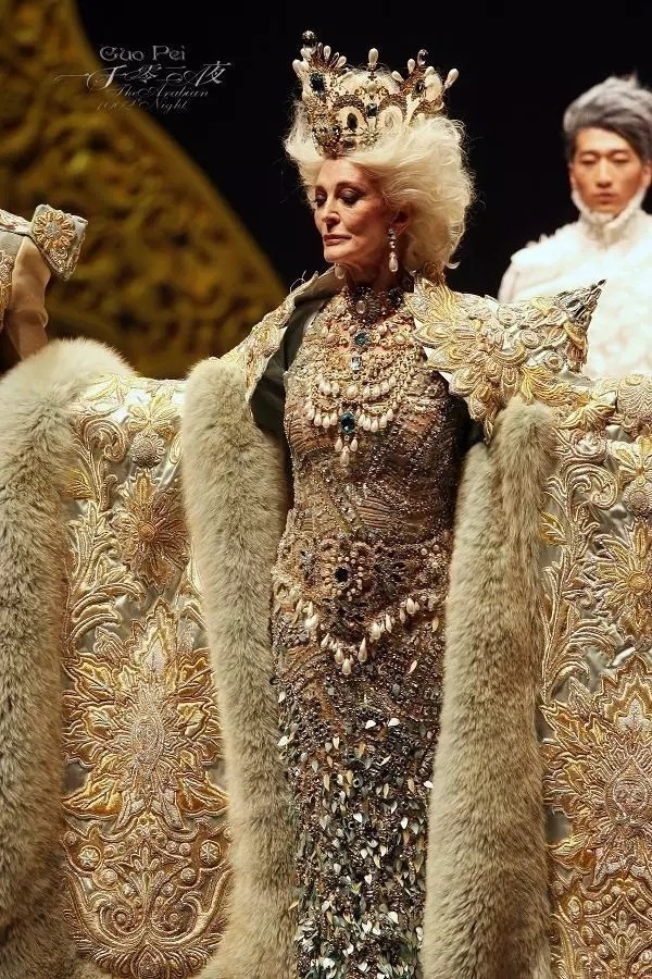 这个姑娘被评为全球最有影响力的人,只因花5万个小时做出了一件中国嫁衣!