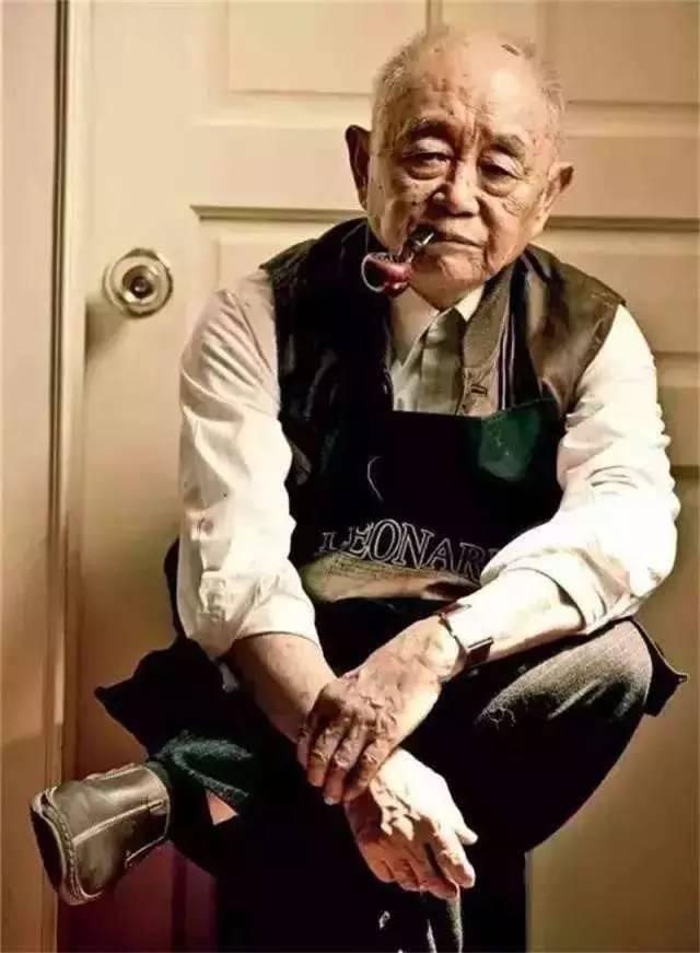 """90岁开个展,91岁撩到林青霞,93岁飙法拉利,看看这个活了快一个世纪的""""90后""""段子手,才知道自己过的都是假人生"""