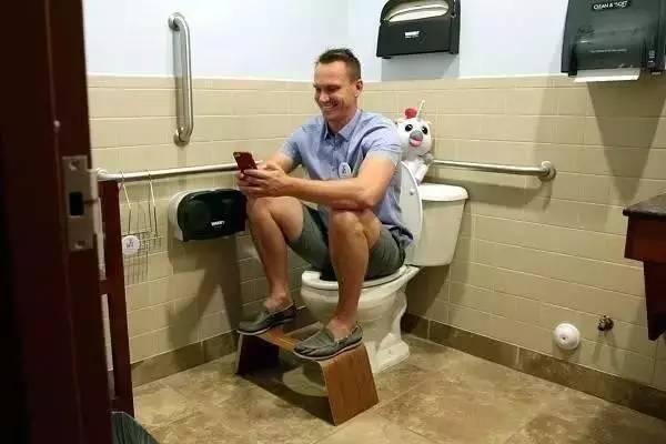 为治好老妈便秘,他发明一个凳子,竟赚了上亿!