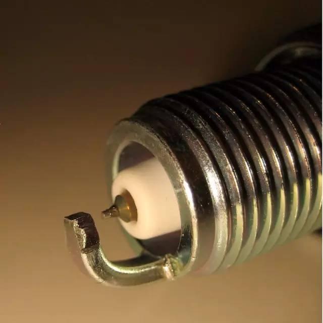 火花塞多久更换一次?这个小零件要是坏了整个发动机就得瘫痪!