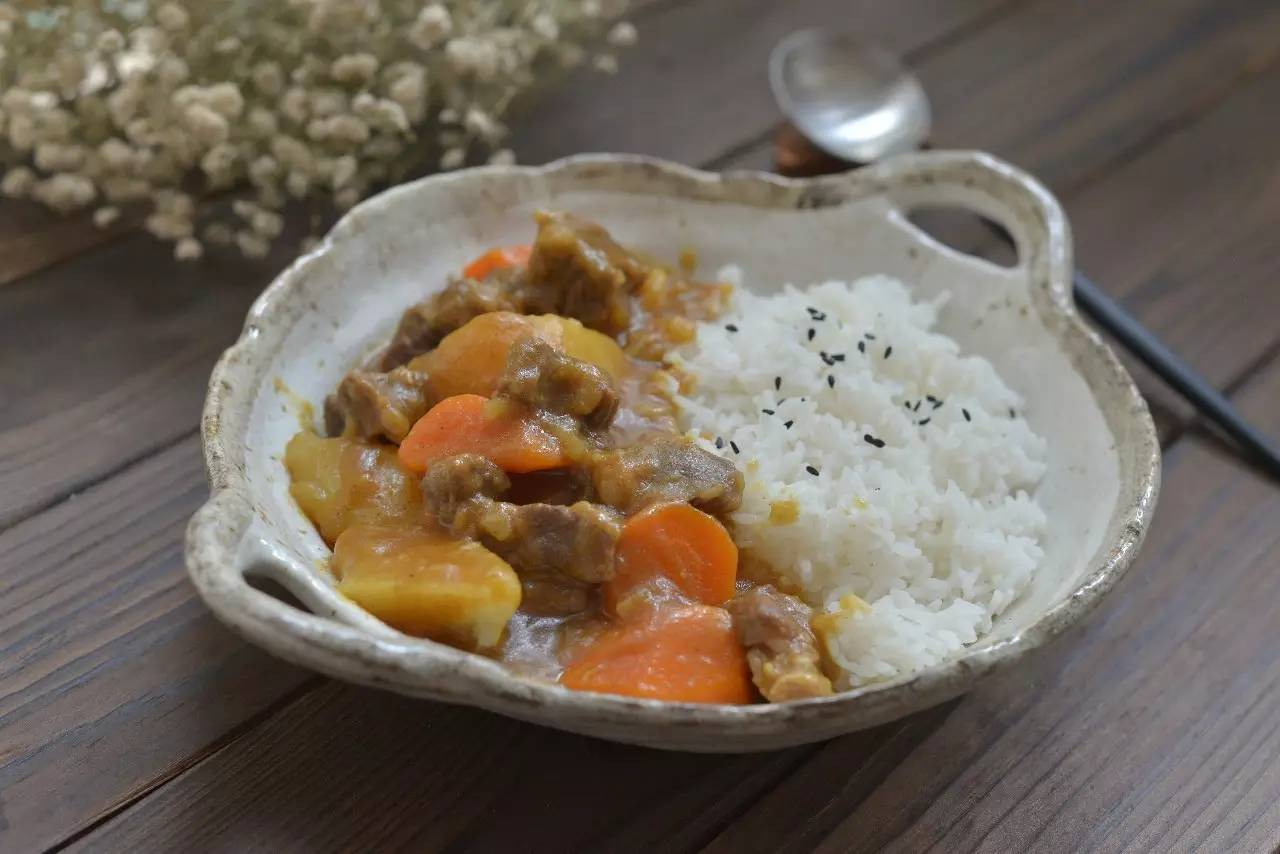香浓咖喱牛腩饭:热腾腾的好治愈