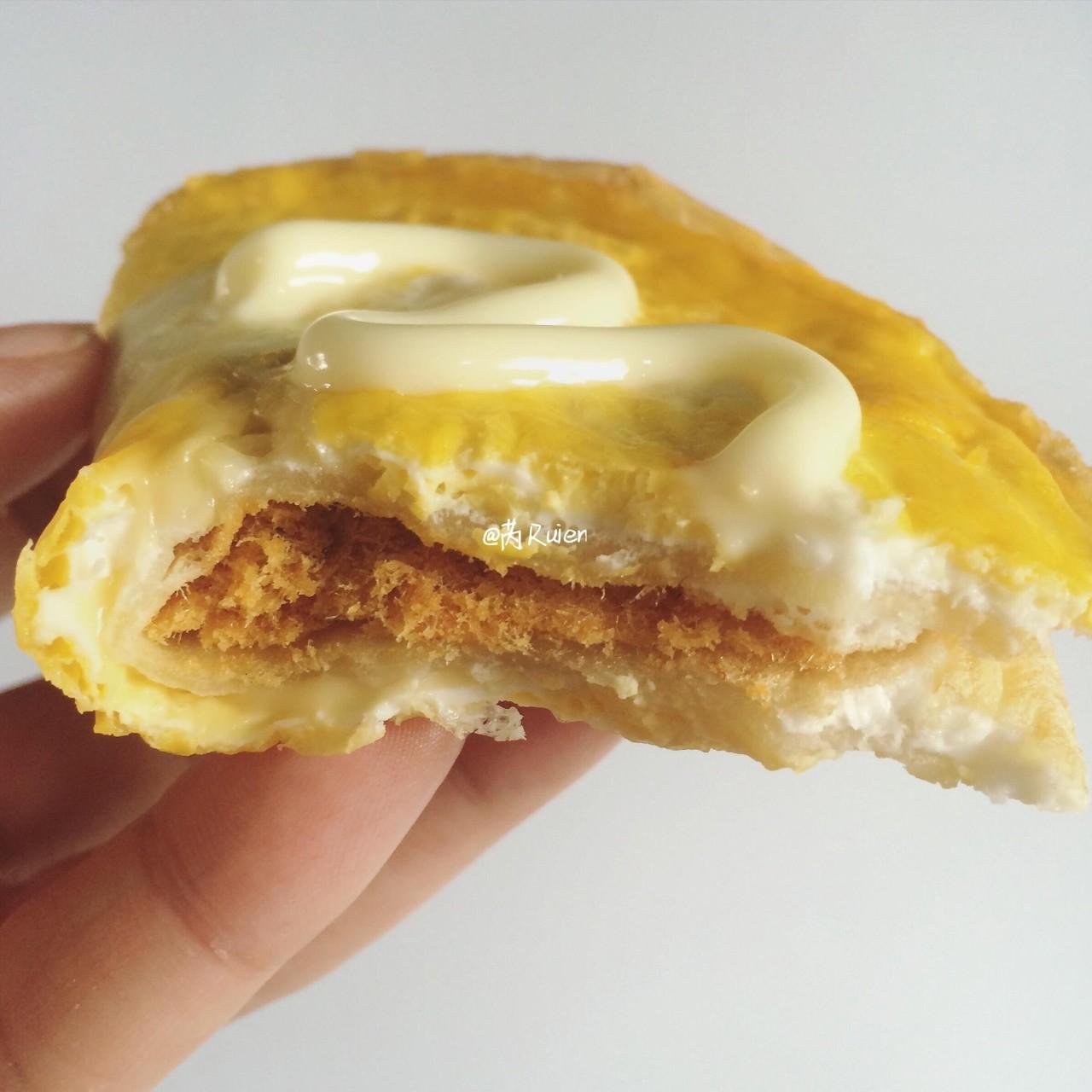 蛋包肉松黄金饼,咸香可口超满足