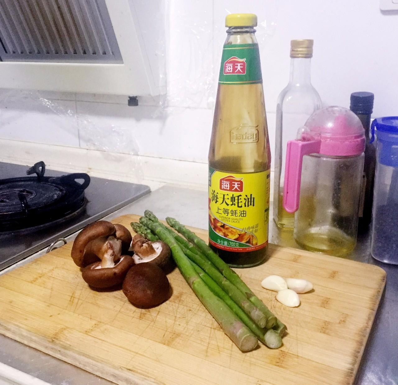 健康快手的芦笋炒香菇,用蚝油调味才鲜香!