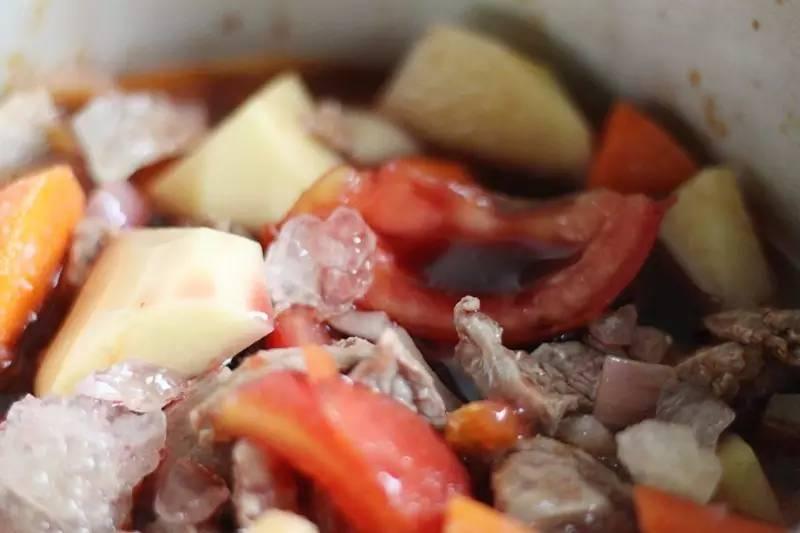 温暖的红烩牛肉,汤汁拌饭也超赞!