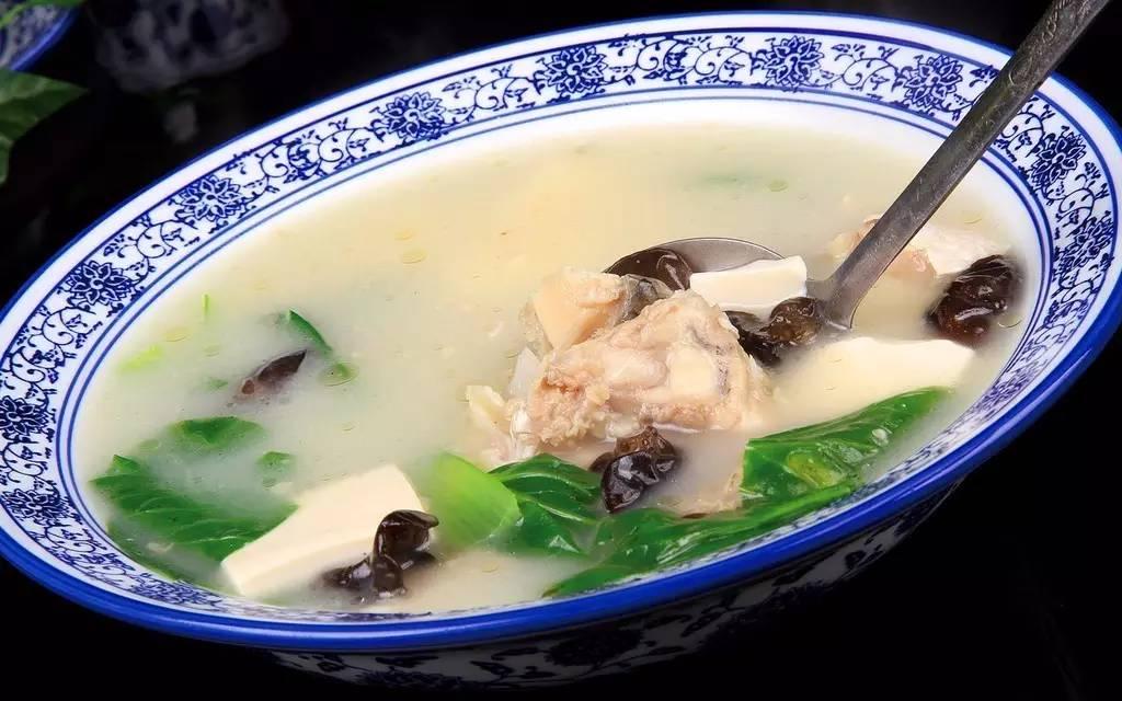 漆黑的夜,奶白色的鱼头豆腐汤