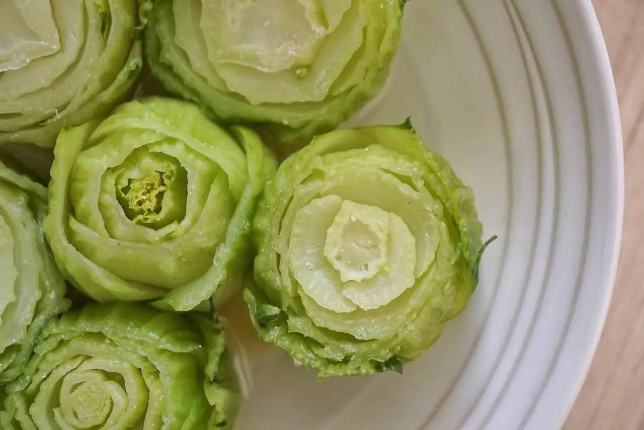 在烟花漫天吃得很饱时,用一盘青菜赢得赞叹