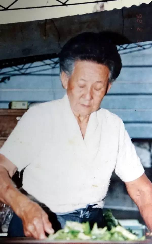 96岁的奶奶卖了55年自助餐,每顿只收2元,她卖掉7套房子维持这份生意
