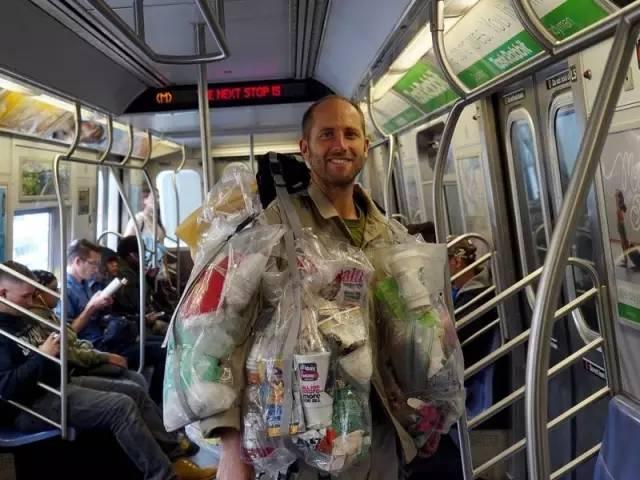 百万富翁裸骑美国、身上绑满6个塑料袋大摇大摆逛街,火遍全世界后,他却发现···