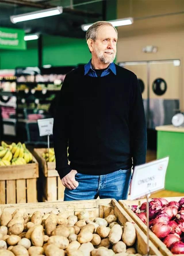70岁大叔开超市,专卖过期食品,买的人却排起了长队