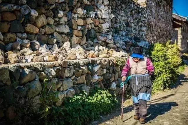 一个深藏在丽江雪山下的古村,隐藏着一组石头筑起的院落