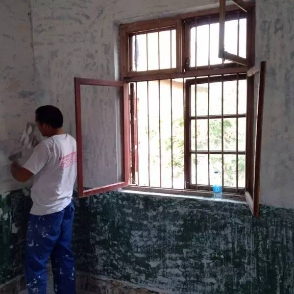 19岁的他花1万元爆改妈妈30年的老宅,把破旧的老砖房变成了干净的北欧风