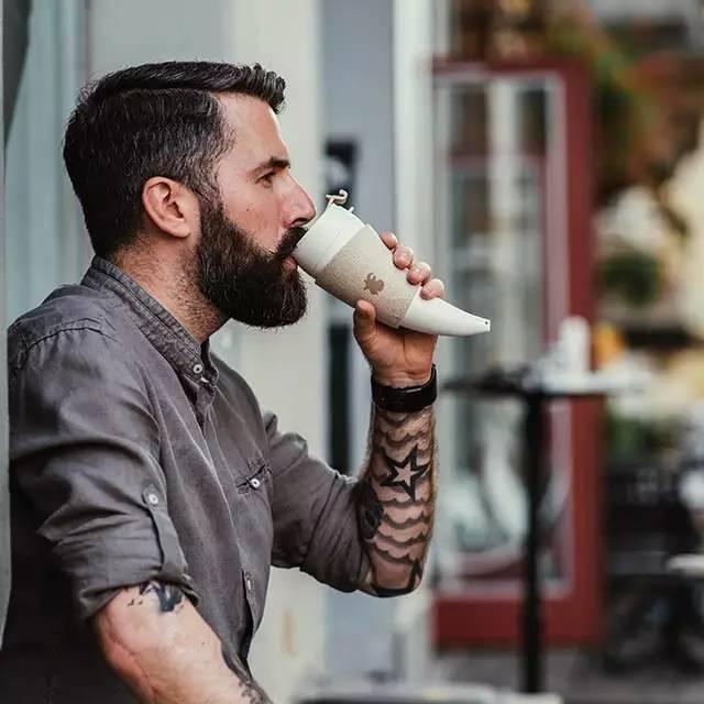 拿着这个杯子去买咖啡,店员惊呆了……