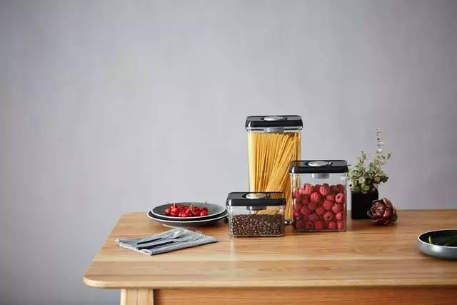 这个储物罐,轻轻压几下,食物保质期延长三倍