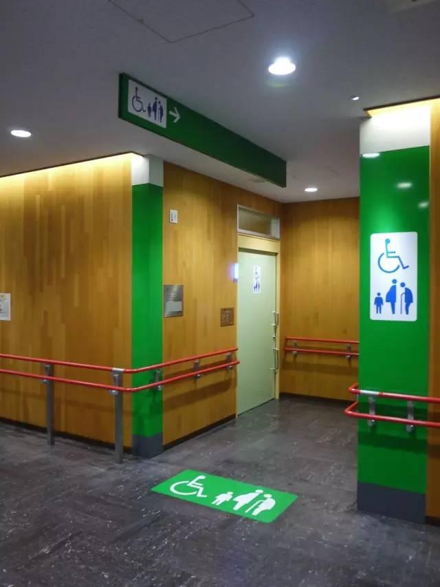 在日本的公厕里,能喷水的马桶盖只是一个最低配置