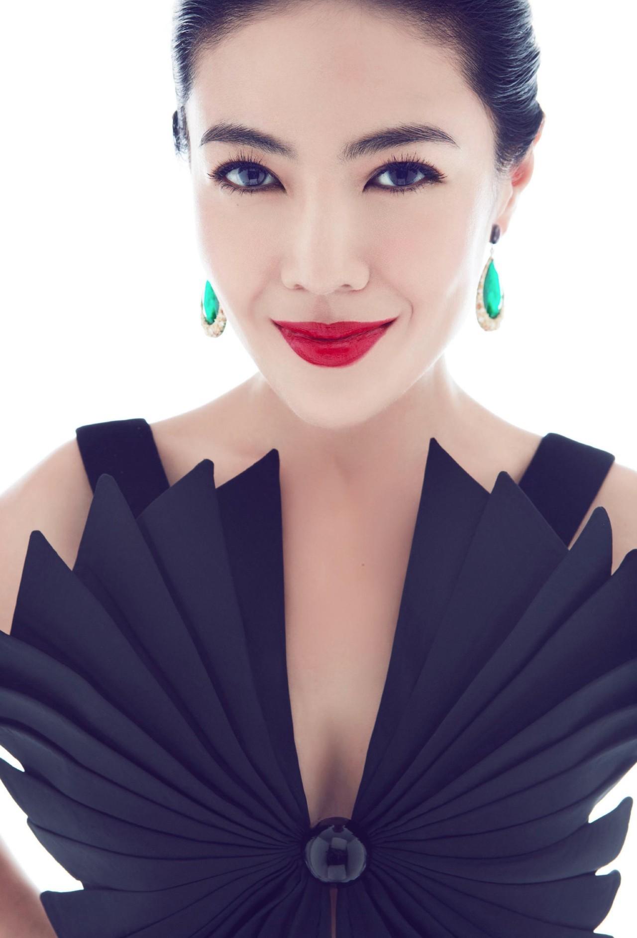 如今的时尚女总裁也曾在餐厅打工养活梦想,她靠不服输的态度赢了人生,她是苏芒,她为热爱而活!