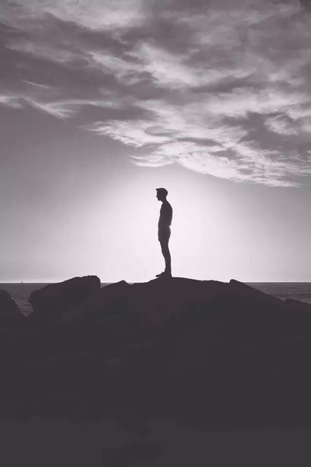当你发现自己站在了大多数人一边,你就该停下来反思了