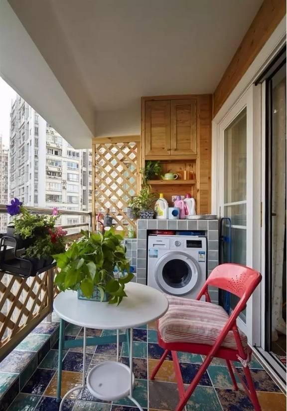 洗衣机摆阳台,洗衣液、晾衣架...怎么收纳?