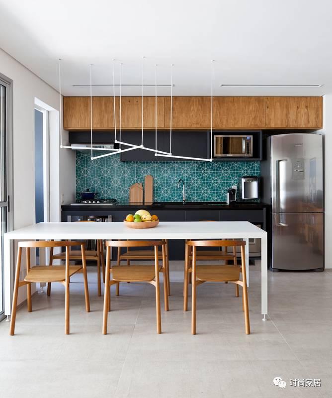 不仅舒适又好看,还用折叠木板做隔断,这间公寓不一般