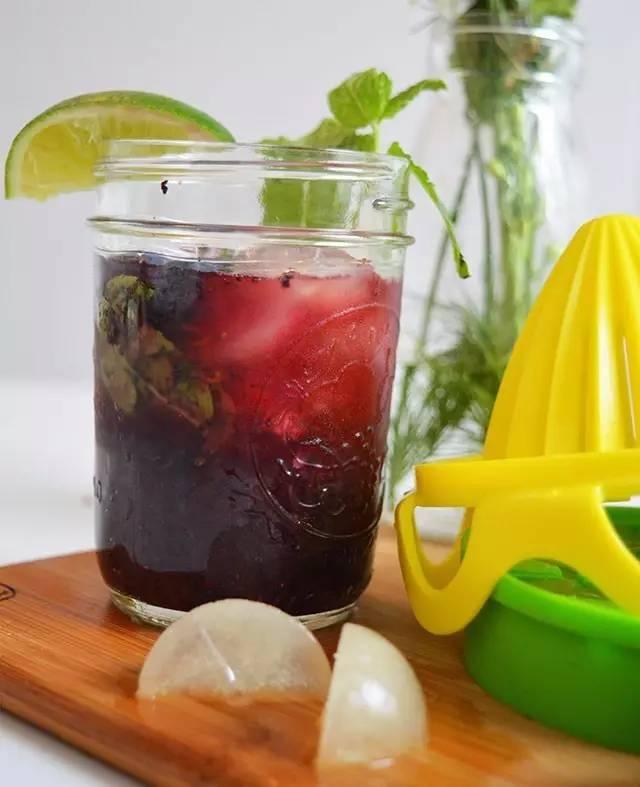夏天喝柠檬冰水的正确方法