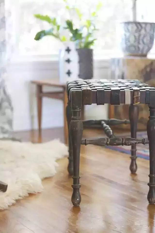 她把旧皮带从中剪断,竟然做成了一件家具!