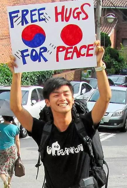 日本青年在北京街头求中国人拥抱,结果.......